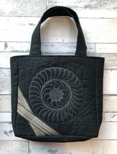 キルティング刺しゅうのバッグ(黒)